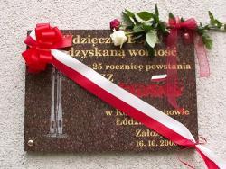 W rocznicę stanu wojennego kwiaty przy tablicy Solidarności