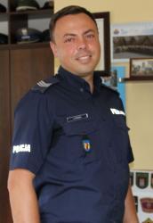 Policjant Artur Fraszka pomaga